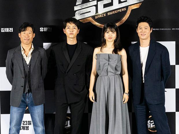 Ngọc nữ mới của Song Joong Ki đụng hàng với Rosé: Không so bì nhan sắc nhưng riêng cách mix đồ đã thua xa - Ảnh 1.