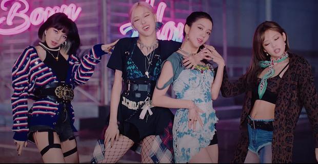 Stylist của BLACKPINK lại cố tình chọc fan chiến nhau: Cả nhóm đi diễn đều mặc lại đồ cũ, riêng Jennie được diện outfit mới toanh? - Ảnh 6.