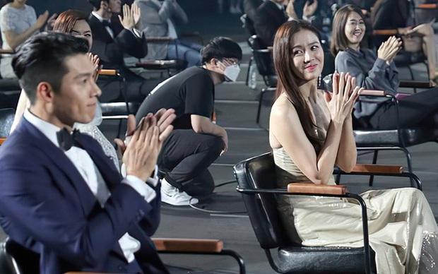 Dân tình náo loạn trước bức ảnh Hyun Bin mặc đồ đôi dự tiệc sinh nhật của Son Ye Jin, nhưng sự thật là gì? - Ảnh 5.