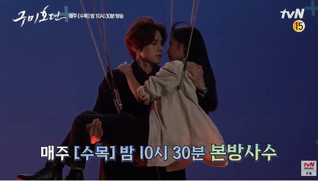 Hết khoác áo tình tứ, Lee Dong Wook lại nằng nặc đòi ẵm ngửa Kim Bum ở hậu trường Bạn Trai Tôi Là Hồ Ly - Ảnh 6.