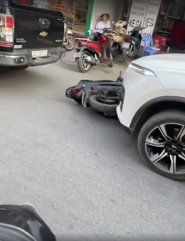"""Hà Nội: """"Ô tô điên"""" kéo lê xe máy SH chạy gần 1km liền bị truy đuổi, người phụ nữ cùng con nhỏ xuống xe khóc lóc xin tha lỗi - Ảnh 1."""