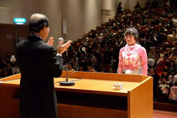 Dân mạng cười xỉu với những pha cosplay trong ngày tốt nghiệp của sinh viên ĐH Nghệ thuật Kyoto - Ảnh 1.
