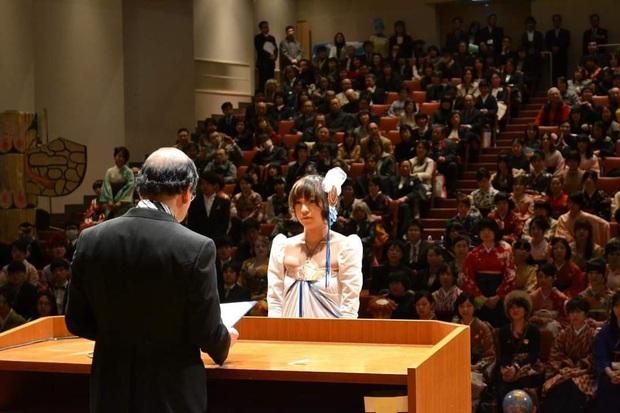Dân mạng cười xỉu với những pha cosplay trong ngày tốt nghiệp của sinh viên ĐH Nghệ thuật Kyoto - Ảnh 3.