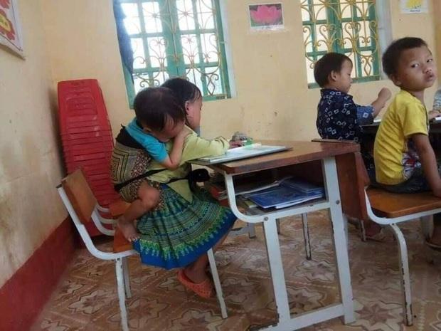 Câu chuyện phía sau bức ảnh em nhỏ 7 tuổi ở Yên Bái địu em trai 20 tháng cùng đến lớp học - Ảnh 1.