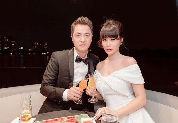 Vợ chồng Đăng Khôi khoá môi ngọt tan chảy, sang chảnh lên đồ dự tiệc cùng hội bạn đại gia trên du thuyền - Ảnh 2.