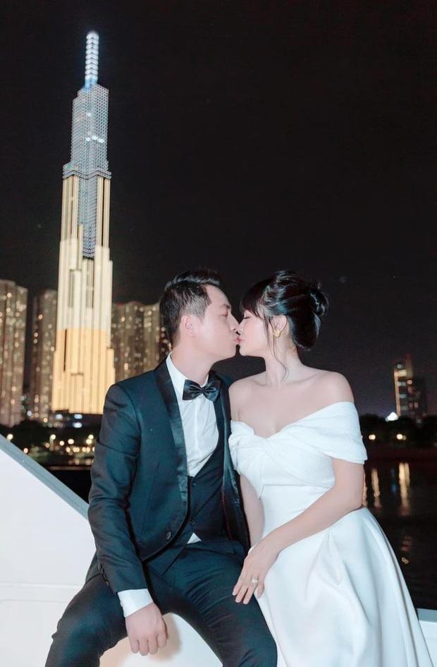 Vợ chồng Đăng Khôi khoá môi ngọt tan chảy, sang chảnh lên đồ dự tiệc cùng hội bạn đại gia trên du thuyền - Ảnh 4.