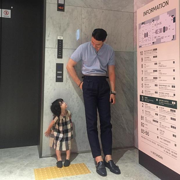 Ông bố bỉm sữa cao 1m92 hot nhất Hàn Quốc từng gây bão MXH cách đây 4 năm bây giờ ra sao? - Ảnh 1.