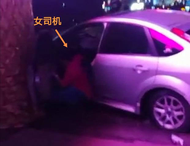 Khoảnh khắc kinh hoàng: Nữ tài xế không bằng lái bay thẳng vào toà nhà ven đường, hiện trường tan nát khiến nhiều người hoảng loạn - Ảnh 2.