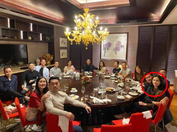 Linh Rin và Phillip Nguyễn cứ ôm nhau bất chấp trong hình chụp đôi hay ảnh gia đình, lấn lướt cả vợ chồng Hà Tăng - Ảnh 3.
