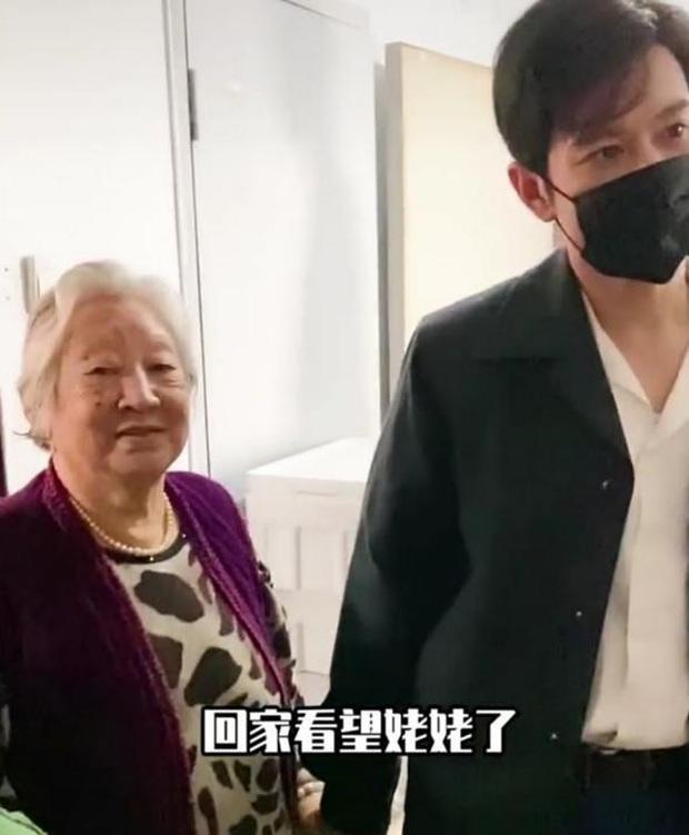 Cuộc sống gia đình đáng báo động của Angela Baby - Huỳnh Hiểu Minh: Chồng về quê, vợ một mình bế con đi chơi nơi khác - Ảnh 4.