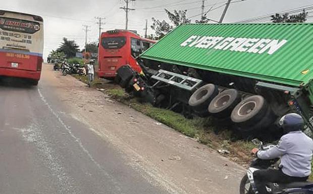 Xe khách tông xe tải và xe container ở Bình Phước, 5 người thương vong - Ảnh 1.