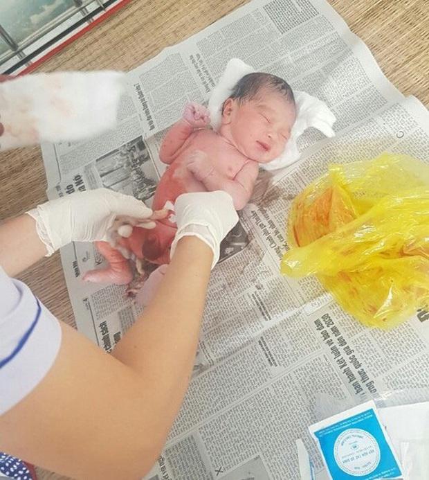 Bé sơ sinh nguyên dây rốn bị vứt bỏ trong túi ni lông ven đường - Ảnh 2.