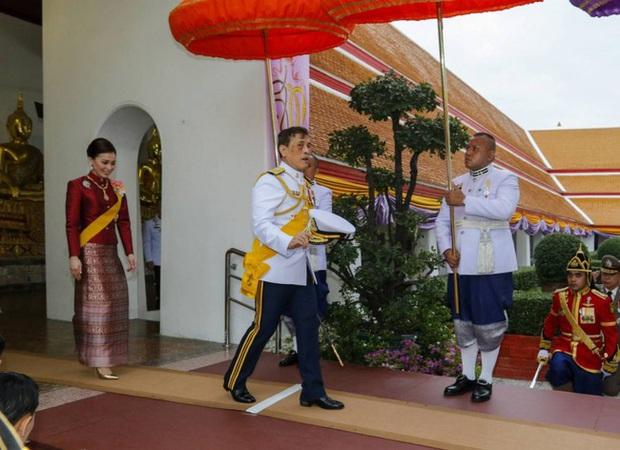 Hoàng quý phi Thái Lan xuất hiện lần đầu tiên sau khi được phục vị, đáng chú ý là biểu hiện của Hoàng hậu Suthida - Ảnh 1.