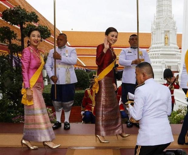 Hoàng quý phi Thái Lan xuất hiện lần đầu tiên sau khi được phục vị, đáng chú ý là biểu hiện của Hoàng hậu Suthida - Ảnh 2.