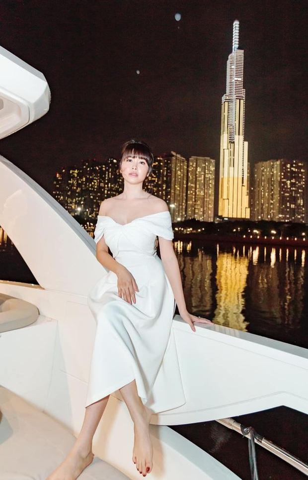 Vợ chồng Đăng Khôi khoá môi ngọt tan chảy, sang chảnh lên đồ dự tiệc cùng hội bạn đại gia trên du thuyền - Ảnh 5.