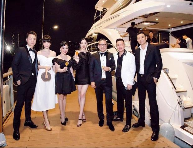 Vợ chồng Đăng Khôi khoá môi ngọt tan chảy, sang chảnh lên đồ dự tiệc cùng hội bạn đại gia trên du thuyền - Ảnh 7.