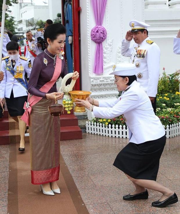 Hoàng quý phi Thái Lan xuất hiện lần đầu tiên sau khi được phục vị, đáng chú ý là biểu hiện của Hoàng hậu Suthida - Ảnh 3.