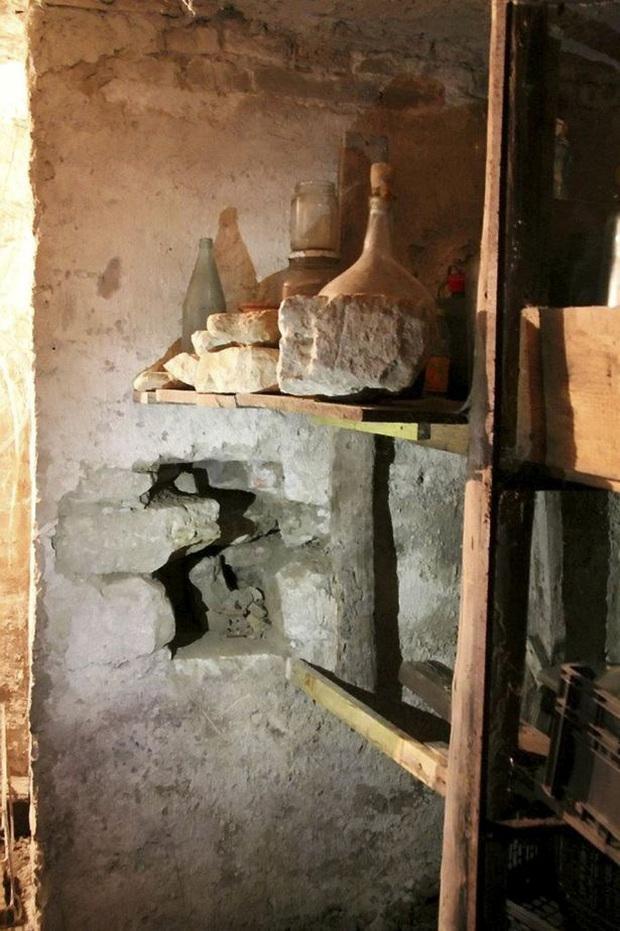Dọn dẹp nhà cho bà quá cố, 2 anh em thấy vết nứt trên tường, khi đập vỡ mới kinh hãi phát hiện thứ kì dị 100 năm tuổi bên trong - Ảnh 3.