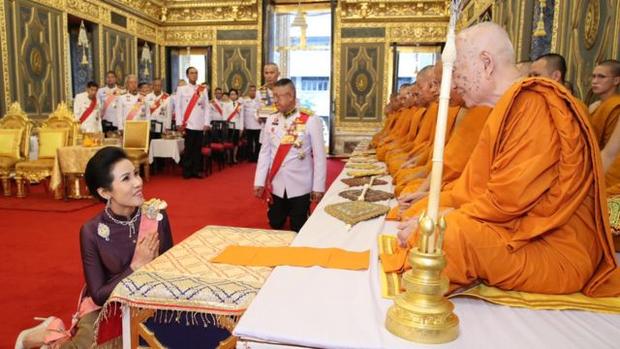Hoàng quý phi Thái Lan xuất hiện lần đầu tiên sau khi được phục vị, đáng chú ý là biểu hiện của Hoàng hậu Suthida - Ảnh 4.