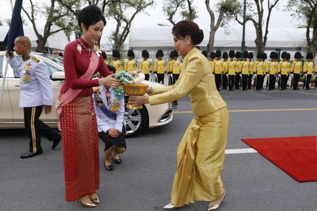 Hoàng quý phi Thái Lan xuất hiện lần đầu tiên sau khi được phục vị, đáng chú ý là biểu hiện của Hoàng hậu Suthida - Ảnh 5.