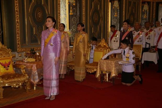 Hoàng quý phi Thái Lan xuất hiện lần đầu tiên sau khi được phục vị, đáng chú ý là biểu hiện của Hoàng hậu Suthida - Ảnh 6.