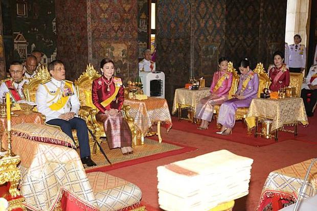Hoàng quý phi Thái Lan xuất hiện lần đầu tiên sau khi được phục vị, đáng chú ý là biểu hiện của Hoàng hậu Suthida - Ảnh 8.