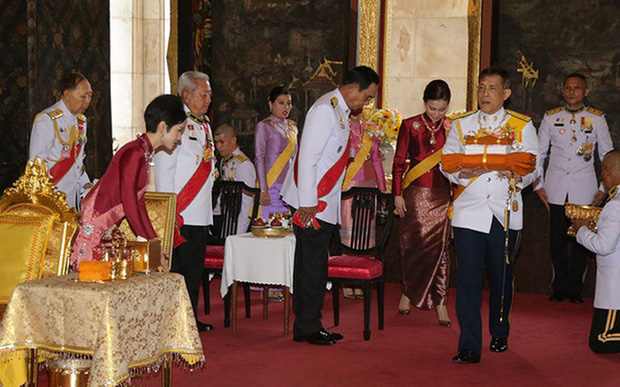 Hoàng quý phi Thái Lan xuất hiện lần đầu tiên sau khi được phục vị, đáng chú ý là biểu hiện của Hoàng hậu Suthida - Ảnh 9.