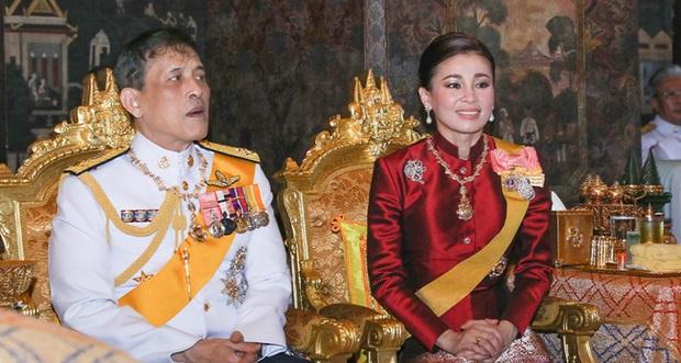 Hoàng quý phi Thái Lan xuất hiện lần đầu tiên sau khi được phục vị, đáng chú ý là biểu hiện của Hoàng hậu Suthida - Ảnh 10.