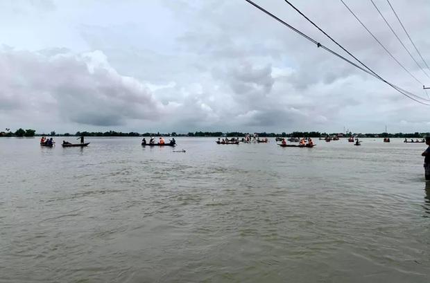 Trượt chân xuống dòng nước lũ, 2  học sinh chết đuối thương tâm - Ảnh 1.