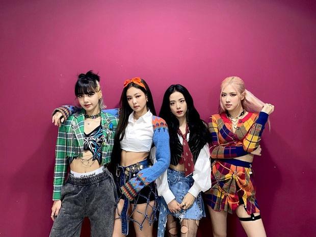 Stylist của BLACKPINK lại cố tình chọc fan chiến nhau: Cả nhóm đi diễn đều mặc lại đồ cũ, riêng Jennie được diện outfit mới toanh? - Ảnh 3.