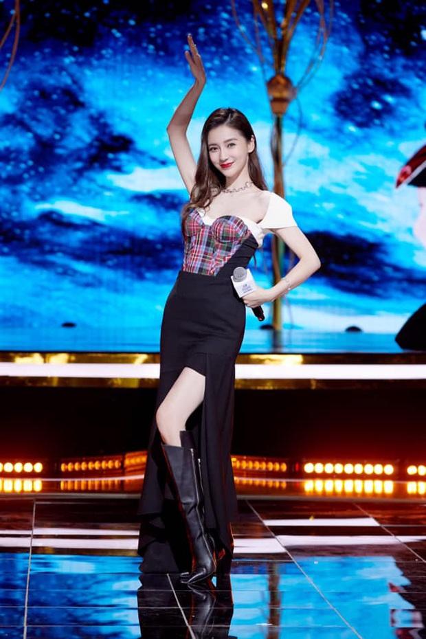 Jisoo, Angela Baby nặng duyên đụng hàng: Hoa hậu Hàn thất thế vì bị stylist dí cho bộ hơi lôm côm - Ảnh 4.