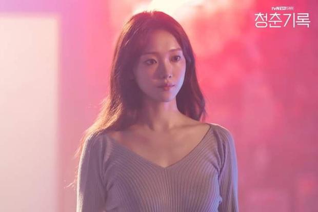 Lee Sung Kyung khoe thân gợi cảm rồi được Park Bo Gum ôm cứng ở màn cameo tại Record Of Youth - Ảnh 1.