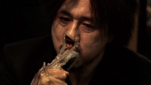 8 diễn viên Hàn xả thân vì nghiệp diễn: Jang Geun Suk nhai rắn độc, Seo Ye Ji liều mình hít khí than diễn cảnh tự sát - Ảnh 8.