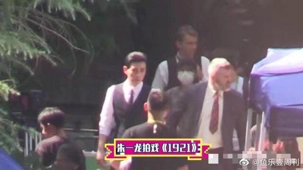 Bắt tại trận Chu Nhất Long tái hợp Bạch Vũ sau scandal vợ con, đóng phim mà vẫn diện đồ đôi dễ cưng hết biết! - Ảnh 3.