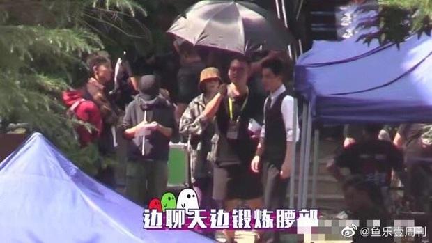 Bắt tại trận Chu Nhất Long tái hợp Bạch Vũ sau scandal vợ con, đóng phim mà vẫn diện đồ đôi dễ cưng hết biết! - Ảnh 4.