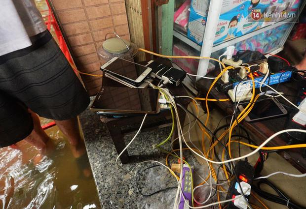 Người dân trong nội thành kinh thành Huế đội mưa xếp hàng sạc pin điện thoại, đèn tích điện - Ảnh 9.
