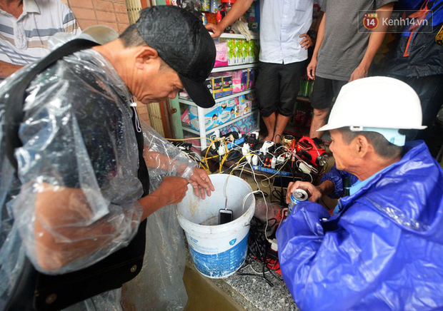 Người dân trong nội thành kinh thành Huế đội mưa xếp hàng sạc pin điện thoại, đèn tích điện - Ảnh 7.