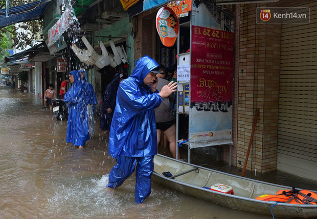 Người dân trong nội thành kinh thành Huế đội mưa xếp hàng sạc pin điện thoại, đèn tích điện - Ảnh 8.