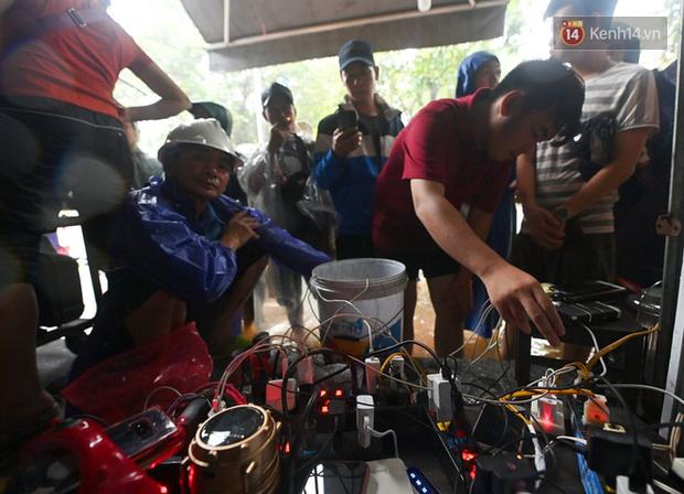 Người dân trong nội thành kinh thành Huế đội mưa xếp hàng sạc pin điện thoại, đèn tích điện - Ảnh 5.