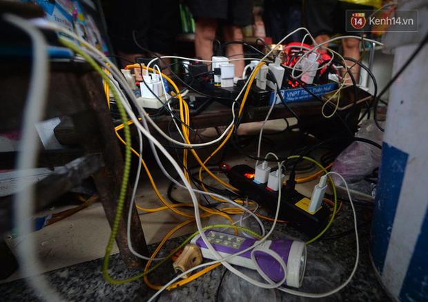 Người dân trong nội thành kinh thành Huế đội mưa xếp hàng sạc pin điện thoại, đèn tích điện - Ảnh 6.