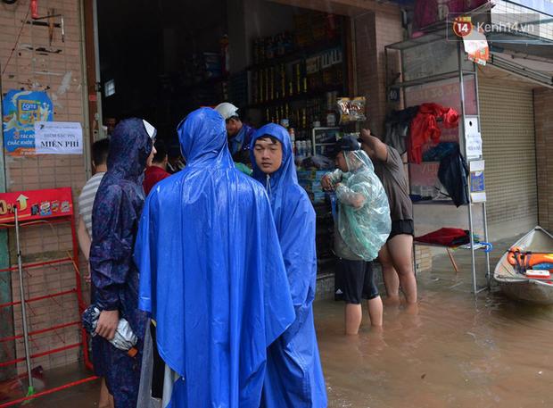 Người dân trong nội thành kinh thành Huế đội mưa xếp hàng sạc pin điện thoại, đèn tích điện - Ảnh 1.
