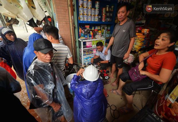 Người dân trong nội thành kinh thành Huế đội mưa xếp hàng sạc pin điện thoại, đèn tích điện - Ảnh 2.