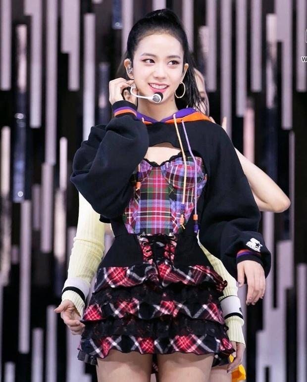 Jisoo, Angela Baby nặng duyên đụng hàng: Hoa hậu Hàn thất thế vì bị stylist dí cho bộ hơi lôm côm - Ảnh 1.