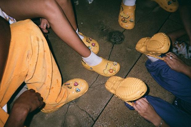 Justin Bieber x Crocs: Màn collab lớn nhất từ trước tới nay của hãng dép đi mưa - Ảnh 3.