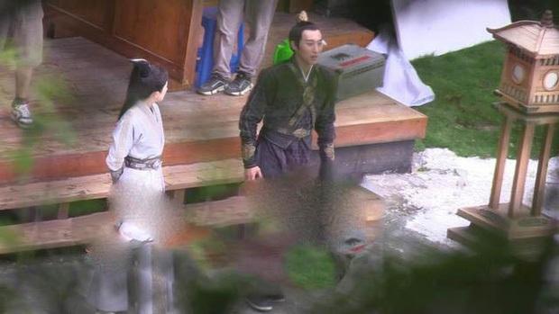 50 sắc thái của Dương Mịch ở hậu trường phim: Luôn bị bắt gặp thái độ cau có, hiếm lắm mới nở nụ cười - Ảnh 3.