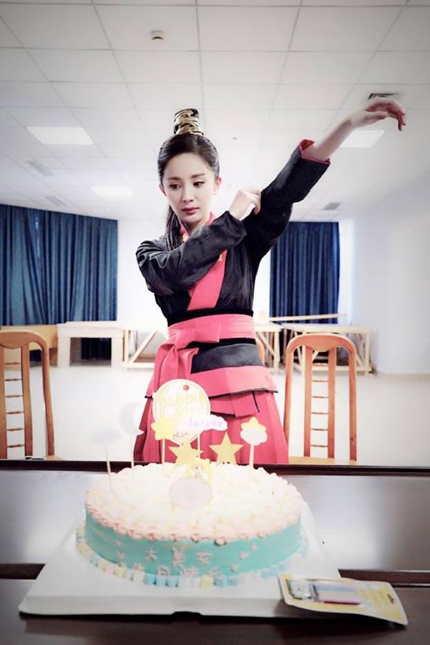 50 sắc thái của Dương Mịch ở hậu trường phim: Luôn bị bắt gặp thái độ cau có, hiếm lắm mới nở nụ cười - Ảnh 23.