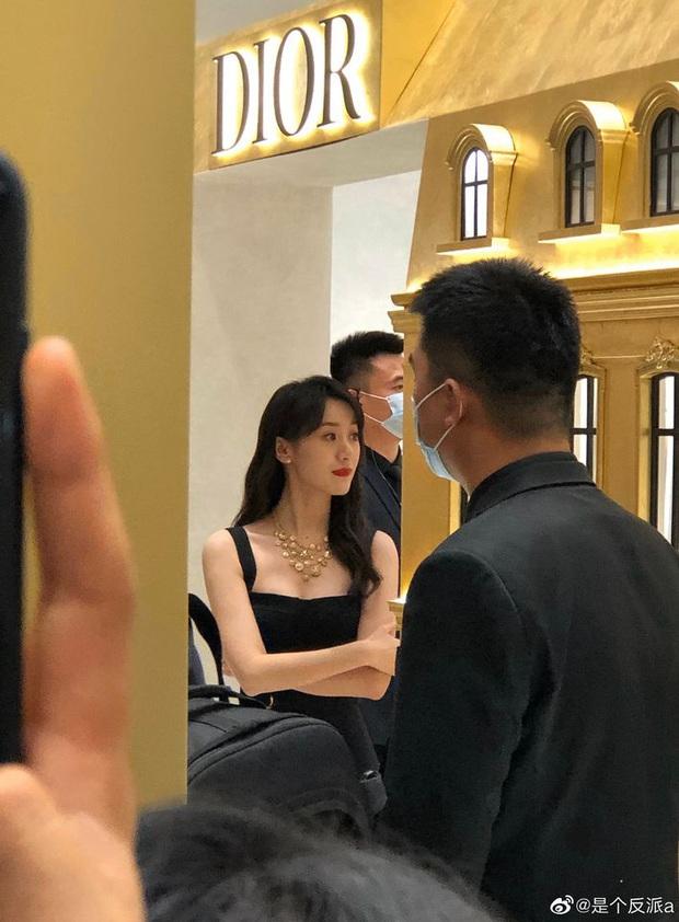 Viên Băng Nghiên (Lưu Ly) khiến Weibo sốc visual: Nhan sắc hoàn mỹ, kéo xuống ảnh team qua đường còn choáng hơn - Ảnh 10.