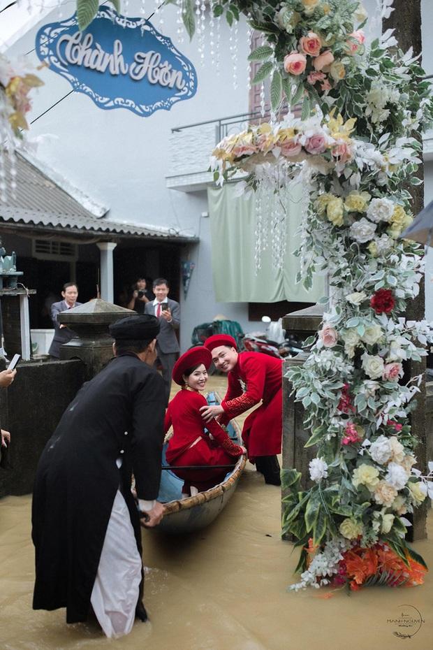 Đám cưới mùa mưa lũ ở Huế: Rước dâu bằng ghe và xe ben, khách mời xắn cao ống quần, lội nước tới chung vui - Ảnh 5.