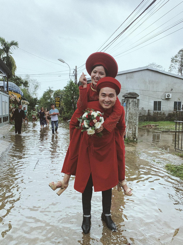 Đám cưới mùa mưa lũ ở Huế: Rước dâu bằng ghe và xe ben, khách mời xắn cao ống quần, lội nước tới chung vui - Ảnh 7.