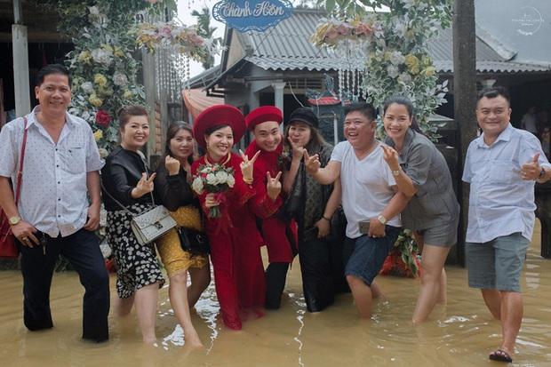Đám cưới mùa mưa lũ ở Huế: Rước dâu bằng ghe và xe ben, khách mời xắn cao ống quần, lội nước tới chung vui - Ảnh 8.